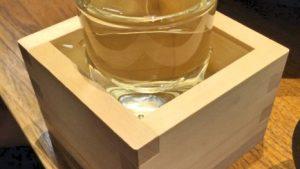 日本酒をグラスと升に入れてなみなみと注がれる「もっきり」の飲み方はコレ!