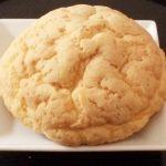 お砂糖にこだわったパン屋さんのしっとりパン!「CARA AURELIA(カーラアウレリア)」の「素焚糖(すだきとう)メロンパン」を食べてみた![メロンパン]